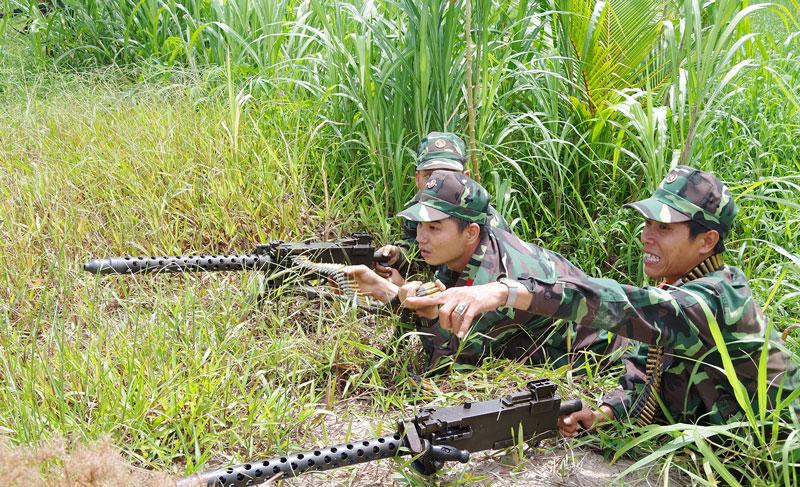 Thực hiện tốt việc quản lý, bảo quản vũ khí, phục vụ công tác huấn luyện, diễn tập. Ảnh: Đặng Thạch