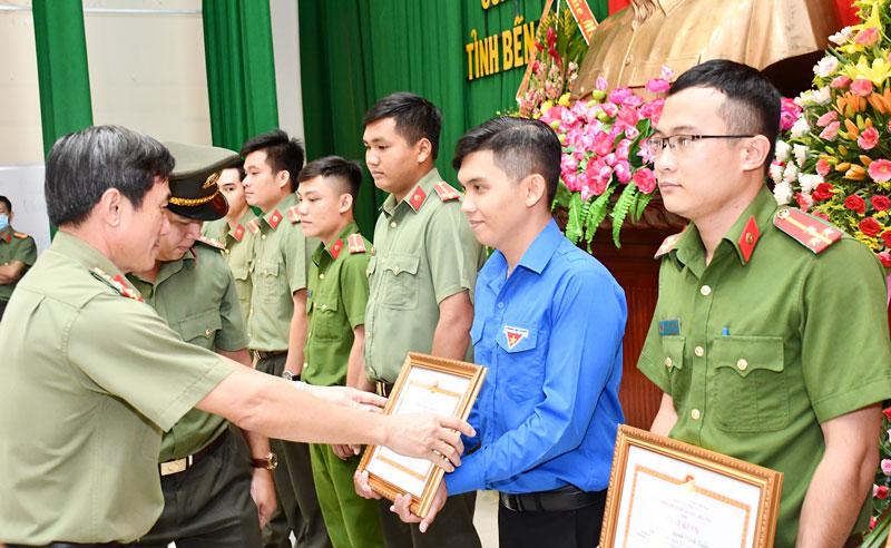 Đại tá Võ Hùng Minh - Giám đốc Công an tỉnh trao giấy khen cho các cá nhân có thành tích trong phong trào thi đua Vì an ninh Tổ quốc.