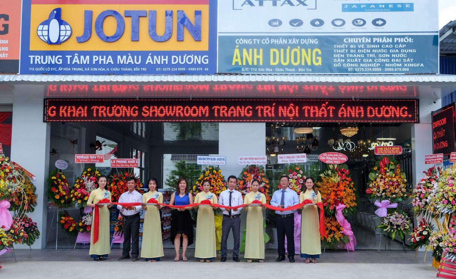 Cắt băng khai trương showroom Ánh Dương - địa chỉ mua sắm nội thất uy tín của khách hàng tại Bến Tre.