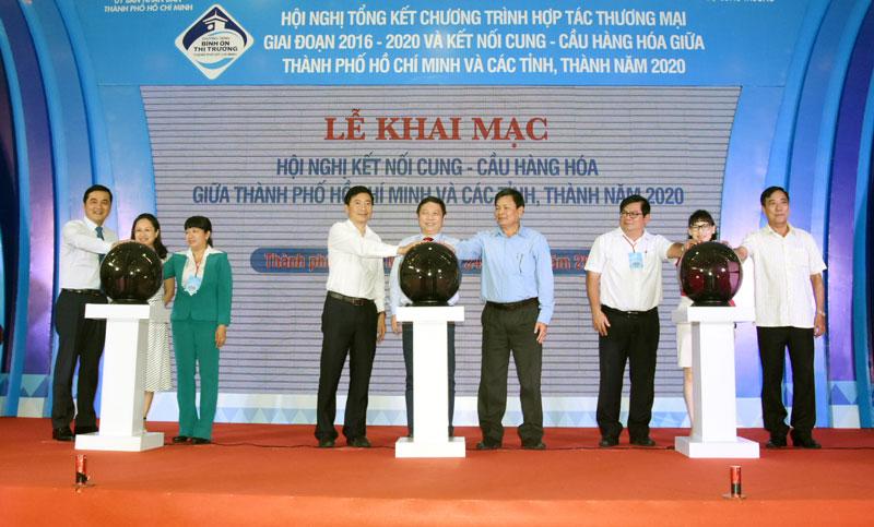 Phó chủ tịch UBND tỉnh Bến Tre cùng lãnh đạo các tỉnh, thành phố thực hiện nghi thức khai mạc hội nghị.