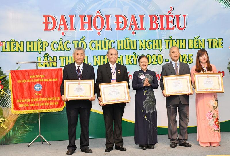Chủ tịch Liên hiệp Các tổ chức hữu nghị Việt Nam Nguyễn Phương Nga trao bằng khen cho các cá nhân tiêu biểu tại Bến Tre.