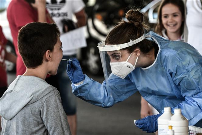 Nhân viên y tế lấy mẫu xét nghiệm COVID-19 tạ khu vực biên giới Hy Lạp- Bulgaria. Ảnh: AFP/TTXVN