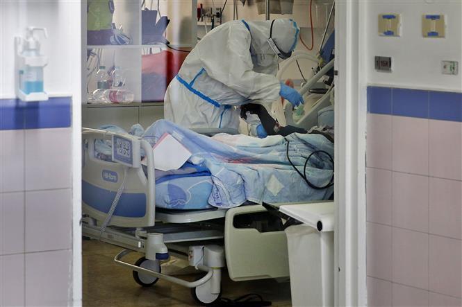 Điều trị cho bệnh nhân nhiễm COVID-19 tại bệnh viện ở Ashkelon, Israel. Ảnh: AFP/TTXVN