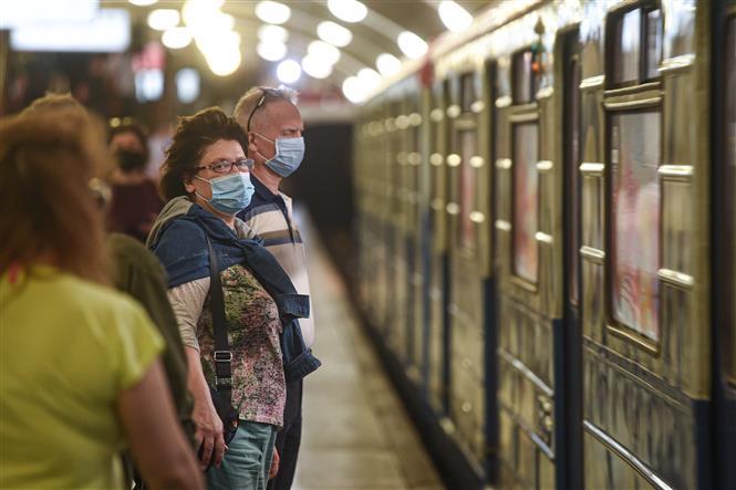 Người dân đeo khẩu trang phòng lây nhiễm COVID-19 khi chờ tàu điện ngầm tại Moskva, Nga, ngày 1-9-2020. Ảnh: THX/ TTXVN