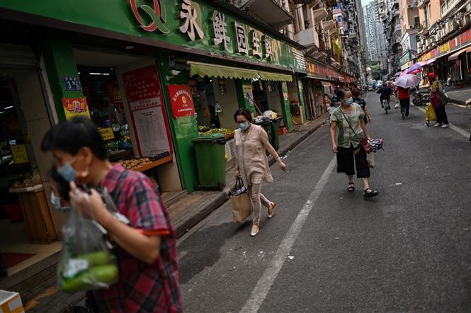 Người dân đeo khẩu trang phòng lây nhiễm COVID-19 tại Vũ Hán, tỉnh Hồ Bắc, Trung Quốc. Ảnh: AFP/TTXVN