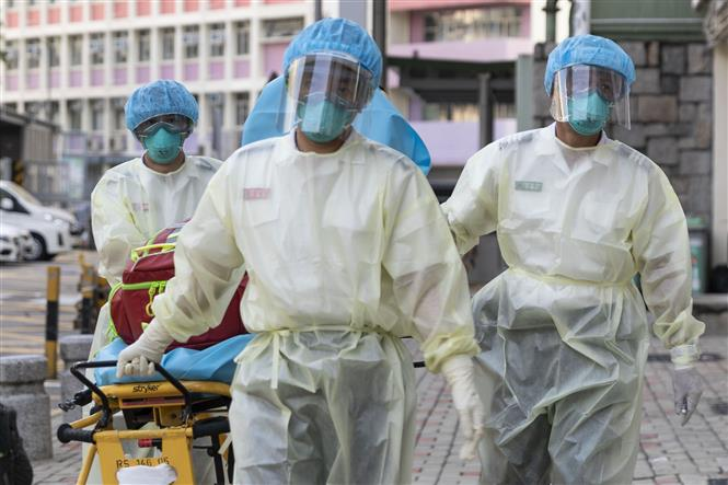 Nhân viên y tế trong trang phục bảo hộ phòng dịch COVID-19 làm nhiệm vụ tại một trung tâm chăm sóc sức khỏe ở Hong Kong, Trung Quốc ngày 23-8-2020. Ảnh: AFP/TTXVN