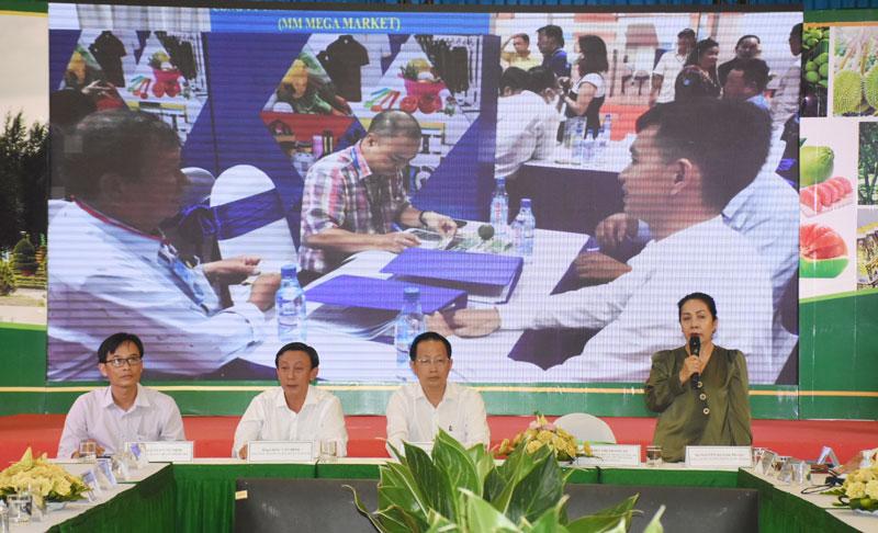 Các đại biểu chủ trì hội thảo.