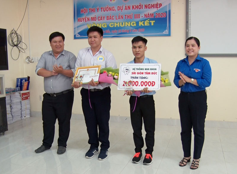 Ban tổ chức trao giải cho các thí sinh. Ảnh: Thảo Oanh - Nguyễn Hiệp