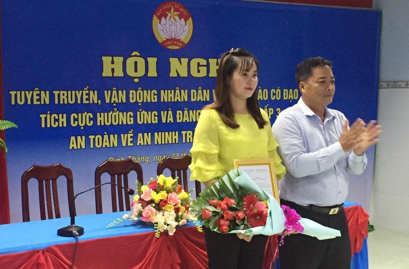 Lãnh đạo xã Bình Thắng trao quyết định thành lập Ban vận động ấp về an ninh trật tự ấp 3. Ảnh: Thanh Hương