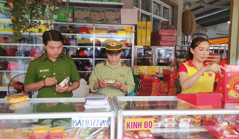 Đoàn kiểm tra chất lượng bánh trung thu tại chợ Bình Đại. Ảnh: Sơn Tùng