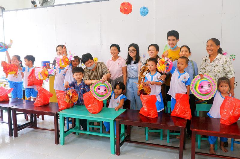 Trao quà trung thu tại trường mẫu giáo Giao Thạnh. Ảnh: Minh Mừng