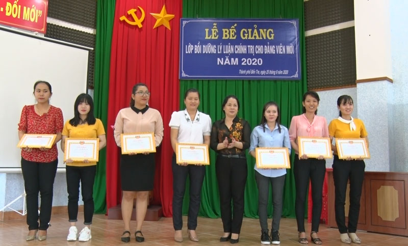 Khen thưởng cho các học viên đạt thành tích tốt trong khóa học. Ảnh: Phương Thảo