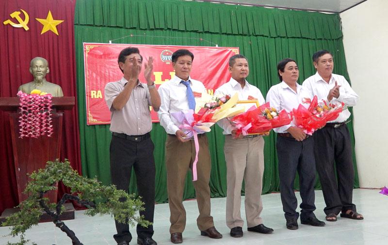 Trao quyết định thành lập CLB và tặng hoa chúc mừng Ban Chủ nhiệm CLB.