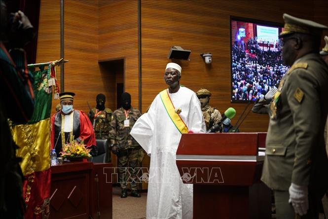 Ông Ba N'Daou (giữa) tại lễ tuyên thệ nhậm chức Tổng thống lâm thời Mali ở thủ đô Bamako ngày 25-9-2020. Ảnh: AFP/TTXVN