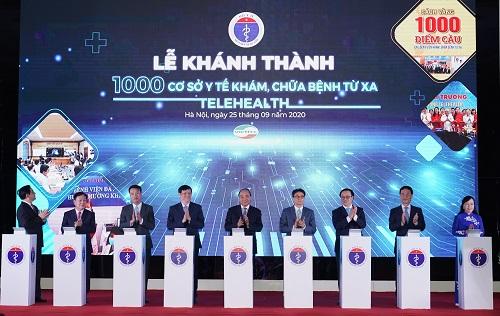 Thủ tướng bấm nút khánh thành 1000 cơ sở khám chữa bệnh từ xa. Ảnh: VGP/Quang Hiếu