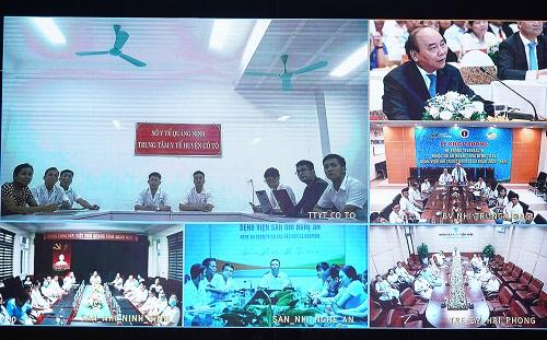 Thủ tướng trao đổi, động viên các bác sĩ tại các điểm cầu. Ảnh: VGP/Quang Hiếu