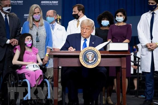 Tổng thống Mỹ Donald Trump ký sắc lệnh hành pháp về chăm sóc sức khỏe người dân tại thành phố Charlotte, bang Bắc Carolina. Ảnh: AFP/TTXVN