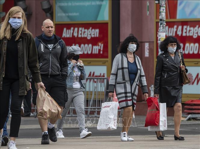 Người dân đeo khẩu trang phòng dịch COVID-19 tại Berlin, Đức ngày 21-4-2020. Ảnh: AFP/TTXVN