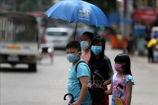 Người dân đeo khẩu trang phòng lây nhiễm COVID-19 tại Yangon, Myanmar ngày 26-8-2020. Ảnh: THX/TTXVN