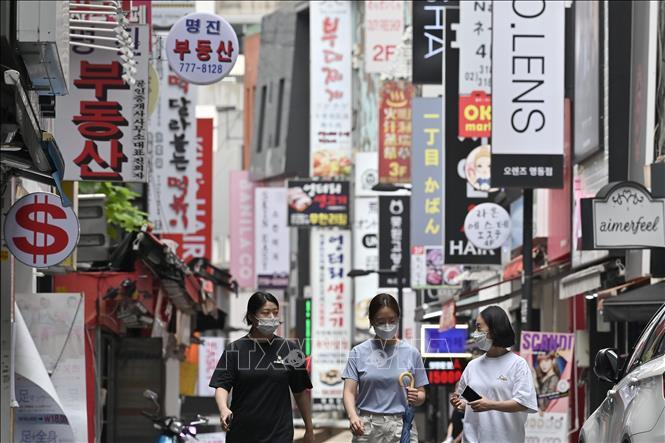 Người dân đeo khẩu trang phòng lây nhiễm COVID-19 tại Seoul, Hàn Quốc. Ảnh: AFP/TTXVN