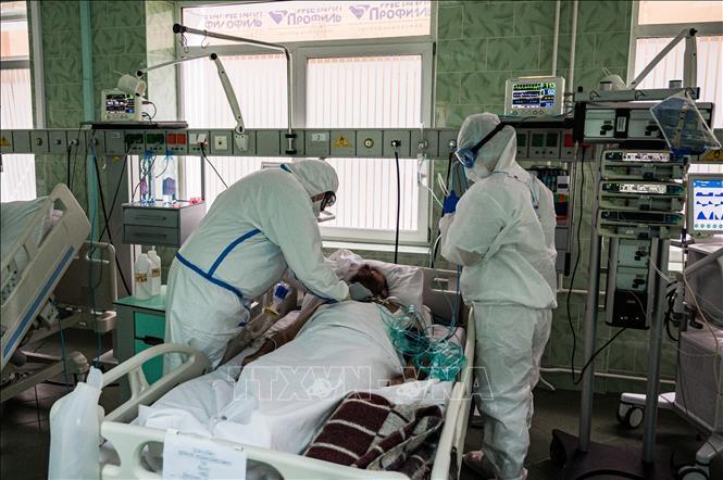Nhân viên y tế điều trị cho bệnh nhân mắc COVID-19 tại một bệnh viện ở Moskva, Nga ngày 17-5-2020. Ảnh: AFP/TTXVN