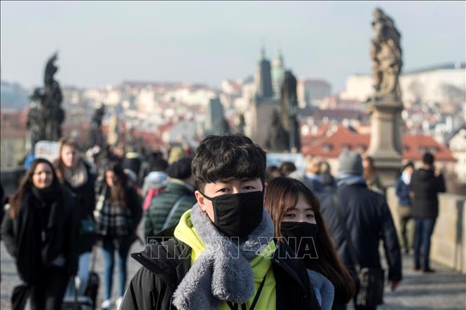 Người dân đeo khẩu trang phòng dịch COVID-19 tại Prague, CH Séc ngày 27-1-2020. Ảnh: AFP/TTXVN