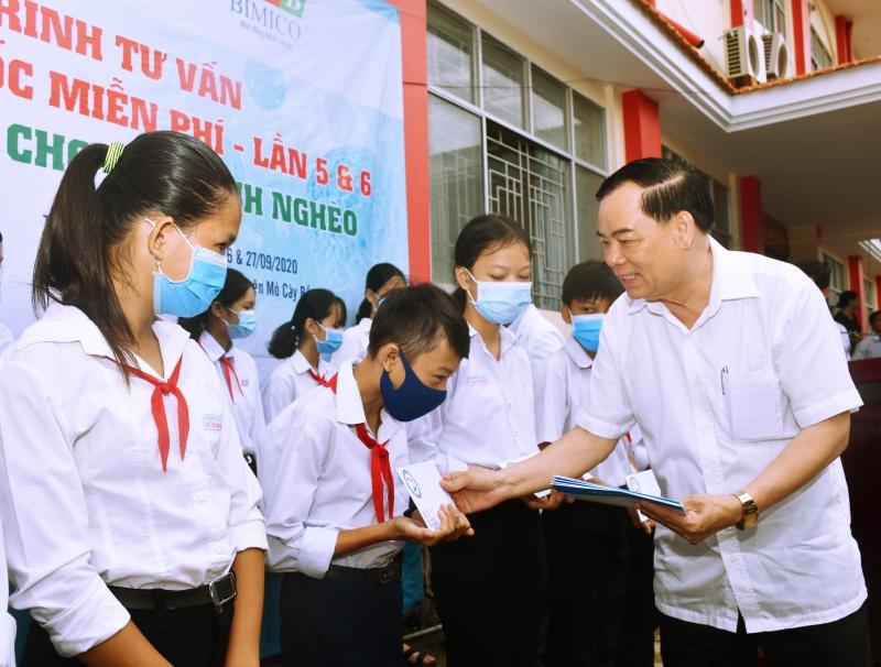 Trao học bổng cho các em học sinh.