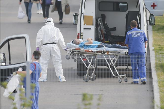Nhân viên y tế chuyển bệnh nhân mắc COVID-19 từ xe cứu thương vào một bệnh viện ở Kommunarka, Nga ngày 25-9-2020. Ảnh: THX/TTXVN
