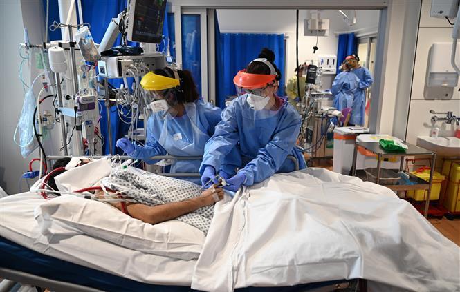Nhân viên y tế điều trị cho bệnh nhân mắc COVID-19 tại một bệnh viện ở Cambridge, Anh ngày 5-5-2020. Ảnh: AFP/TTXVN