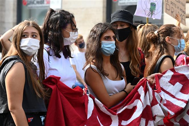 Sinh viên đeo khẩu trang phòng dịch COVID-19 tại trường học ở Rome, Italy ngày 25-9-2020. Ảnh: AFP/TTXVN