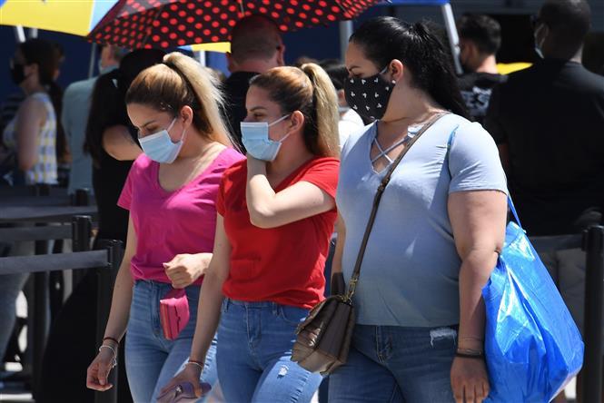 Người dân đeo khẩu trang phòng dịch COVID-19 tại Carson, bang California, Mỹ ngày 4-7-2020. Ảnh: AFP/TTXVN