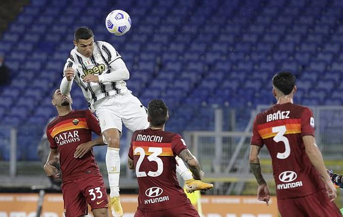 Pha bật cao đánh đầu khiến mọi đối thủ phải ngước nhìn của Ronaldo