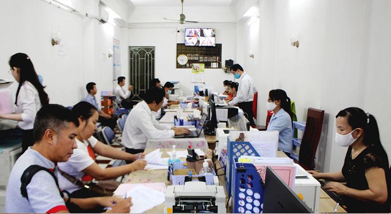 Thực hiện hoạt động công chứng tại Văn phòng công chứng  Nguyễn Văn Tứ.