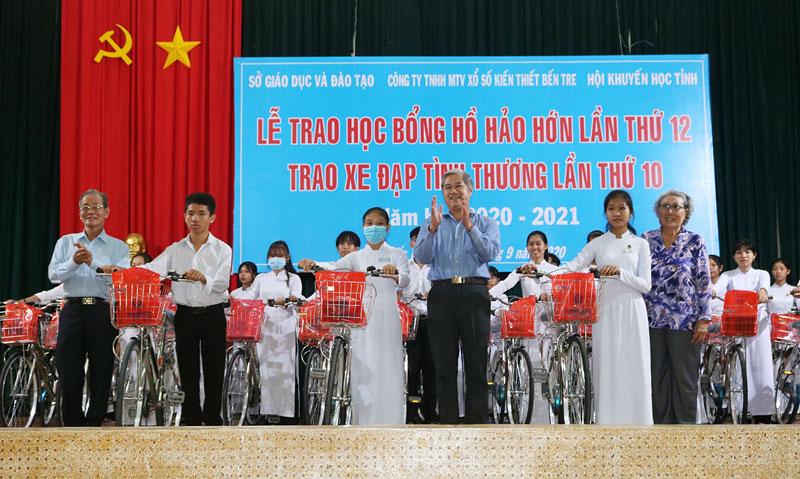 Phó chủ tịch Thường trực UBND tỉnh Nguyễn Văn Đức trao xe đạp tình thương cho học sinh.