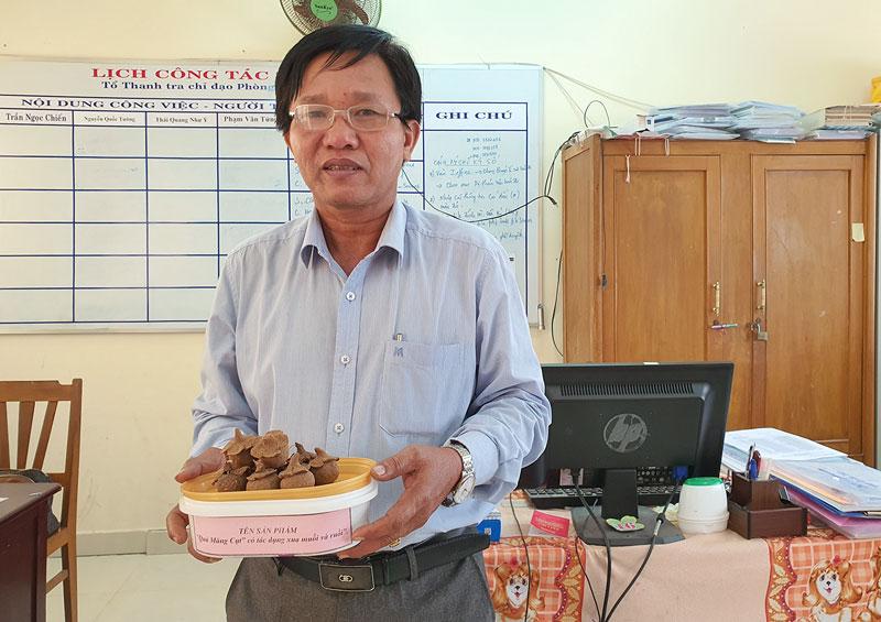 Thầy giáo Nguyễn Quốc Tường và sản phẩm Nhang xua ruồi, muỗi từ vỏ bưởi và cây cúc đất.