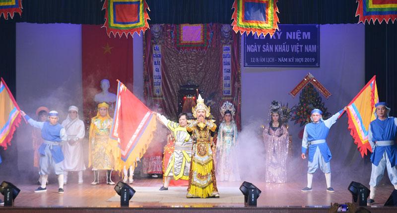 Đoàn biểu diễn chương trình phụng cúng giỗ tổ Sân khấu hàng năm.