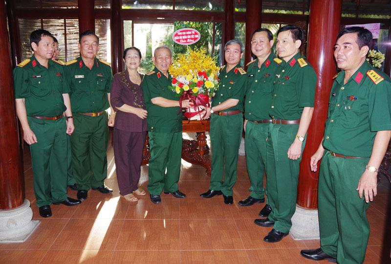 Thượng tướng Đỗ Căn Phó chủ nhiệm Tổng cục chính trị QĐND Việt Nam tặng hoa chúc mừng Đại tướng Lê Văn Dũng nhận Huy hiệu 55 năm tuổi Đảng.