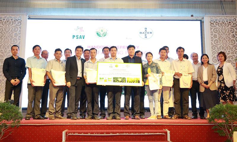 """Đại diện ban dự án """"Better Farms, Better Lives"""" trao gói hỗ trợ tượng trưng cho đại diện TTKN và nông dân các tỉnh."""