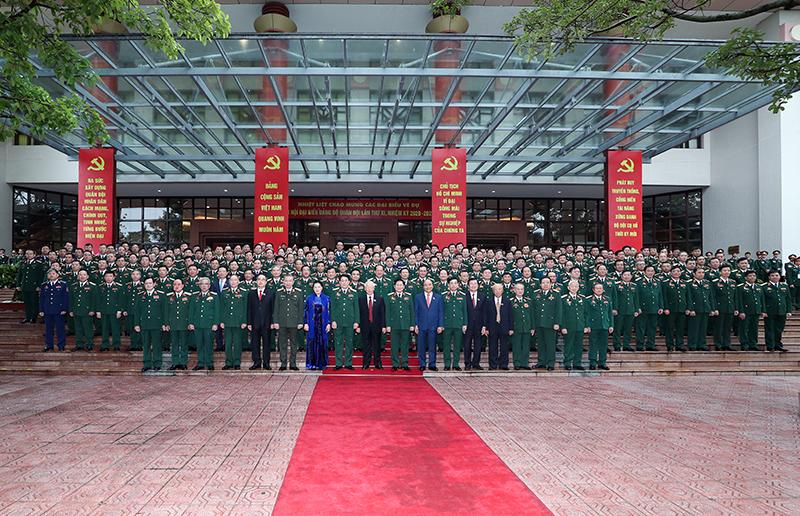 Tổng Bí thư, Chủ tịch nước Nguyễn Phú Trọng chụp ảnh kỷ niệm cùng các đại biểu tham dự Đại hội . Ảnh: Bộ Quốc phòng