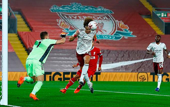 Luiz giải vây trước cầu môn Arsenal