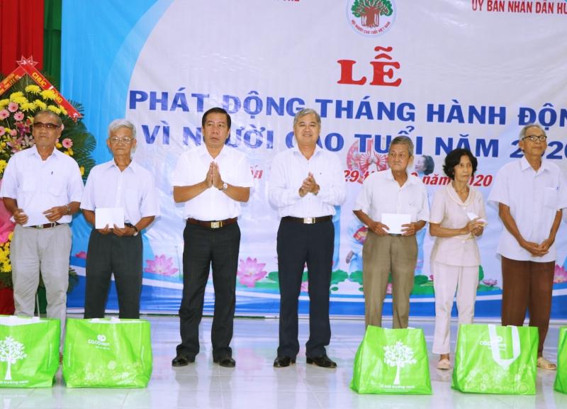 Phó chủ tịch Thường trực UBND tỉnh Nguyễn Văn Đức tặng quà cho người cao tuổi tại buổi lễ phát động.