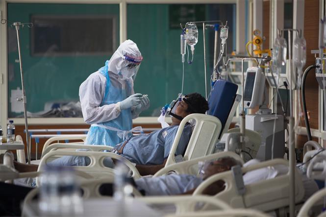 Nhân viên y tế điều trị cho bệnh nhân mắc COVID-19 tại một bệnh viện ở Greater Noida, Ấn Độ ngày 15-7-2020. Ảnh: AFP/TTXVN