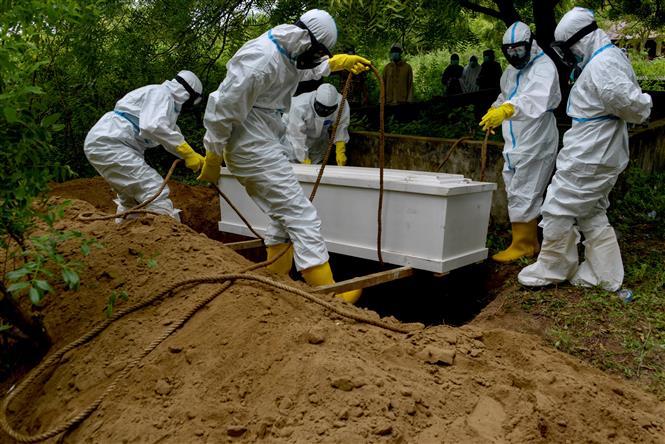 Đám tang bệnh nhân tử vong do COVID-19 tại tỉnh Aceh, Indonesia, ngày 29-9-2020. Ảnh: AFP/TTXVN
