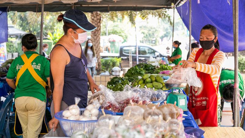 Buôn bán tại một khu chợ ở thủ đô Viêng Chăn của Lào trong mùa đại dịch COVID-19. Ảnh: npr