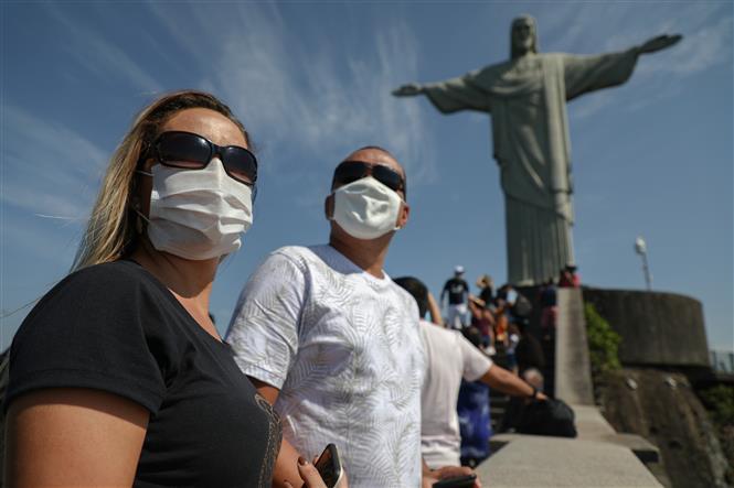 Khách du lịch đeo khẩu trang phòng dịch COVID-19 tại Rio de Janeiro, Brazil ngày 15-8-2020. Ảnh: AFP/TTXVN