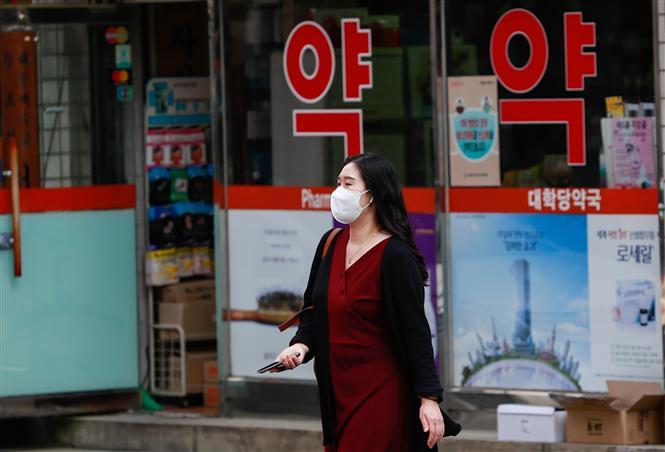 Người dân đeo khẩu trang phòng lây nhiễm COVID-19 tại Seoul, Hàn Quốc, ngày 29-9-2020. Ảnh: THX/TTXVN