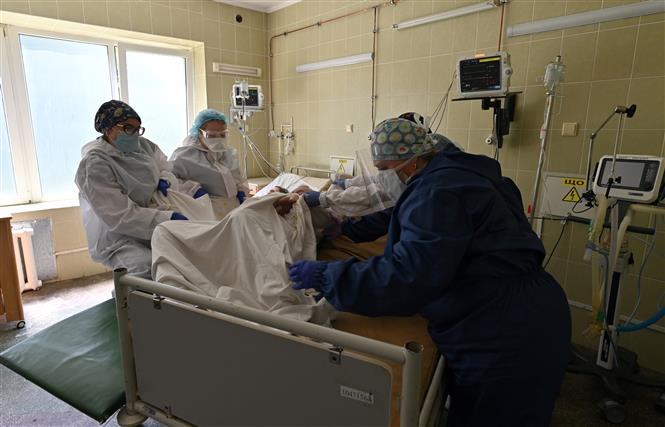 Nhân viên y tế điều trị cho bệnh nhân COVID-19 tại một bệnh viện ở Lviv, Ukraine ngày 30-6-2020. Ảnh: AFP/TTXVN