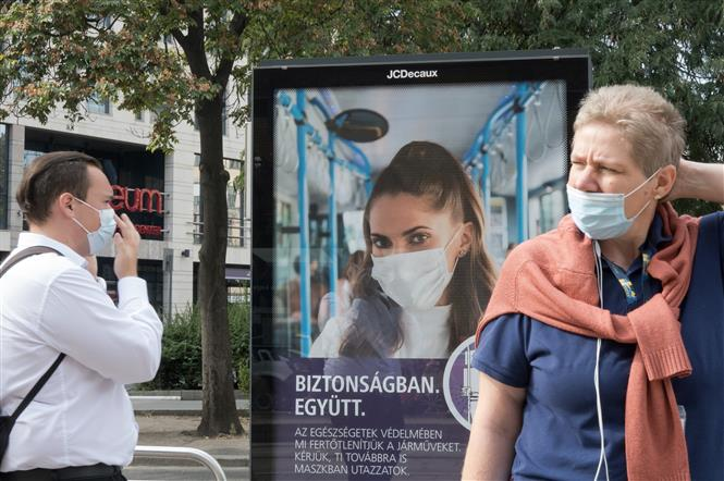 Người dân đeo khẩu trang phòng lây nhiễm COVID-19 tại Budapest, Hungary, ngày 23-9-2020. Ảnh: THX/TTXVN