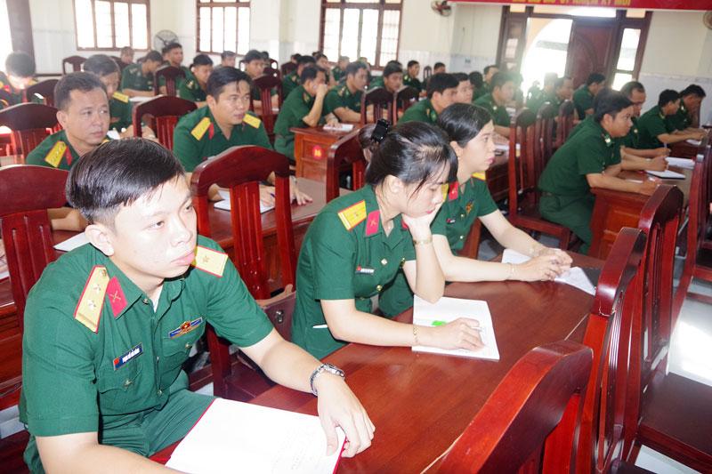 Quang cảnh lớp tập bồi dưỡng kiến thức quốc phòng và  an ninh cho đối tượng 4.