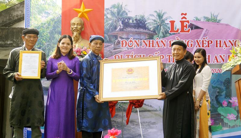 Đại diện Ban khánh tiết và địa phương nhận bằng xếp hạng di tích cấp tỉnh.